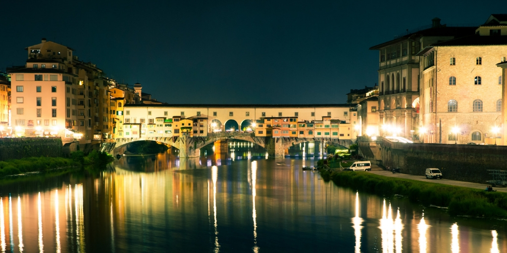 Things to see and do in Florence in 2 days featured by top international travel blogger, Tracy's Travels in Time: image of ponte vecchio florence italy