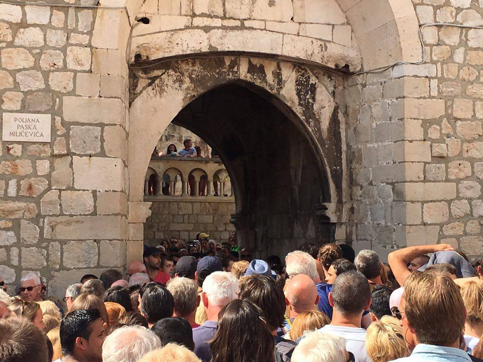 crowds trying to get in and out of the pile gate in dubrovnik