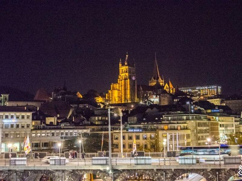 A night shot of the city of Lausanne